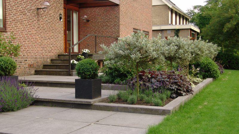 Strakke tuin met trappartij