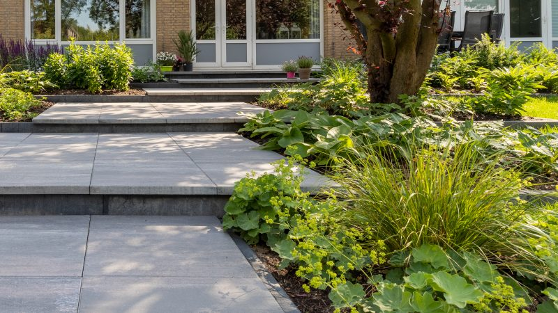 Terrassen tuin met tegelvormige plateau's