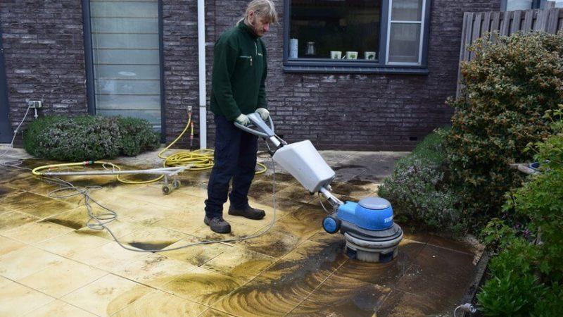 Terras reinigen met borstelmachine